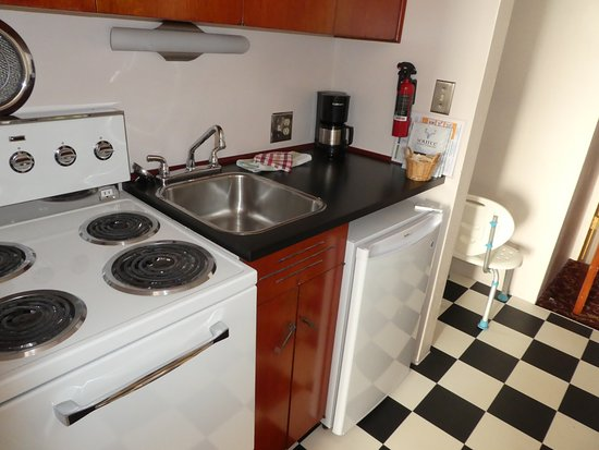 Surf Motel: Well equipped kitchen.