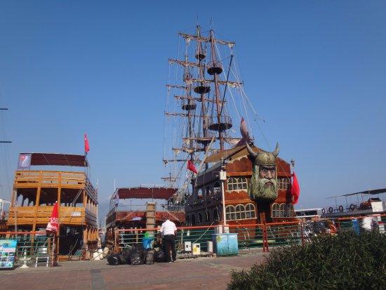The harbor: Kalóz hajók