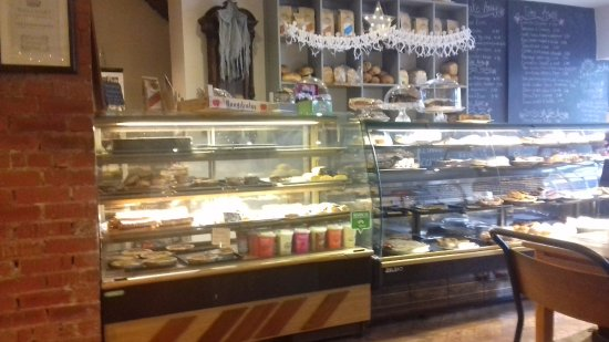 Rhos-on-Sea, UK: A wide selection of bakes. Clean and fresh.