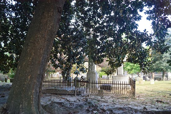 Edenton, NC: Cemetery in 1700's cemetery at St Paul's Episcopal Church