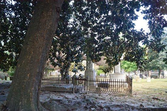Historic Edenton: Cemetery in 1700's cemetery at St Paul's Episcopal Church