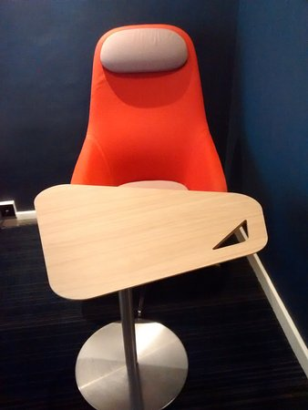 Holiday Inn Express Edinburgh - Leith Waterfront: Swivel Chair and Table