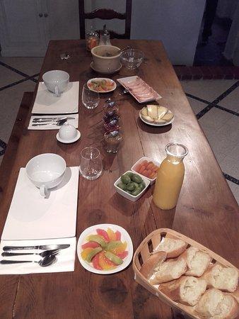 Charny, France: Petit déjeuner royal. Les crêpes ne sont pas encore arrivées.