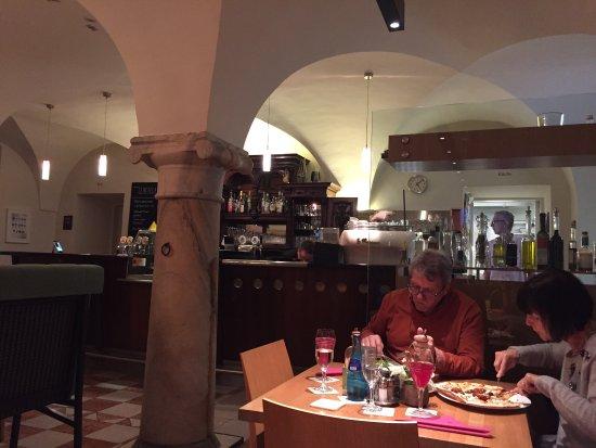 Rosegg, Austria: Köstliche Pizza in gemütlichen Ambiente