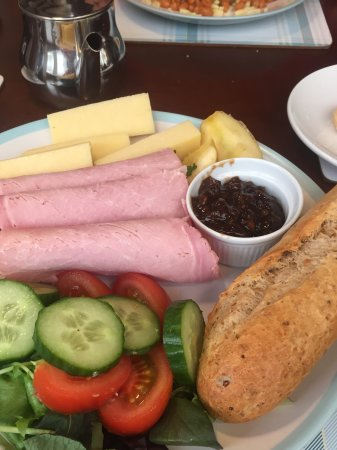 Highworth, UK: Ploughmans with ham