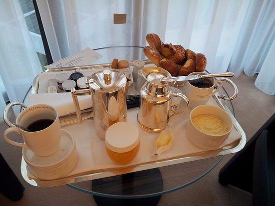L'Agapa Hotel SPA Nuxe : Petit déjeuner servi dans la chambre.