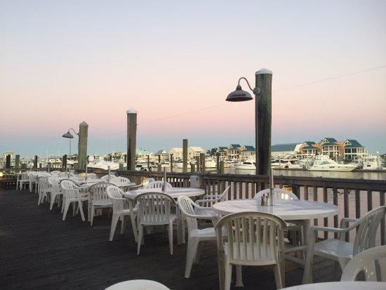Dockside Restaurant: Rare view...NO PEOPLE!