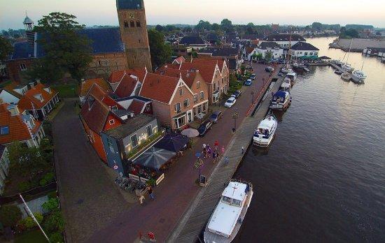 Grouw, The Netherlands: De Kade bevindt zich op de hoek, direct aan het water