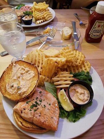 Loula's: Salmon Burger