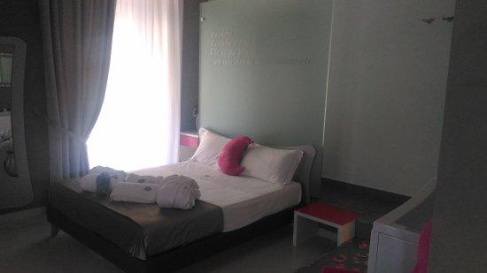 Camera da letto della suite con doccia sul retro - Picture of Hotel ...