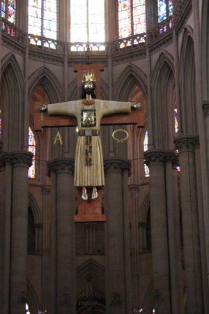 Cathédrale de Saint-Julien de Mans : Le christ de l'artiste Goudji