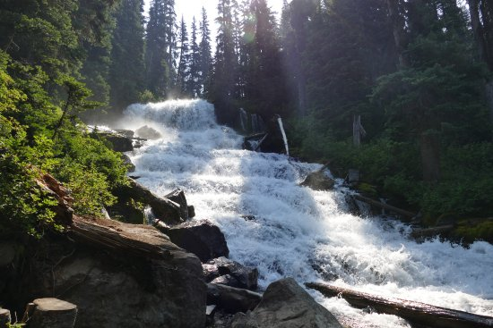 Pemberton, Canada: Waterfall between top and middle lake