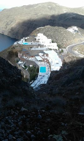 San Antonio Luxury Hotel: View of the hotel from the top of the mountain on the walk to Fira