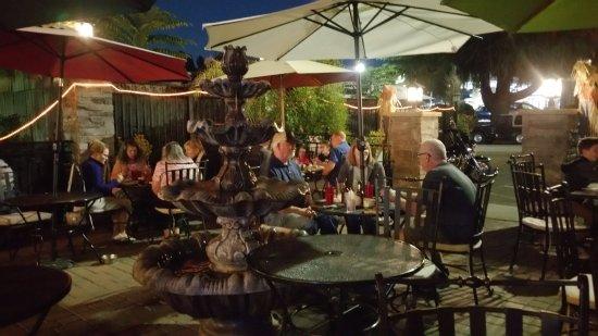 Auburn, Califórnia: Diners enjoying an early dinner