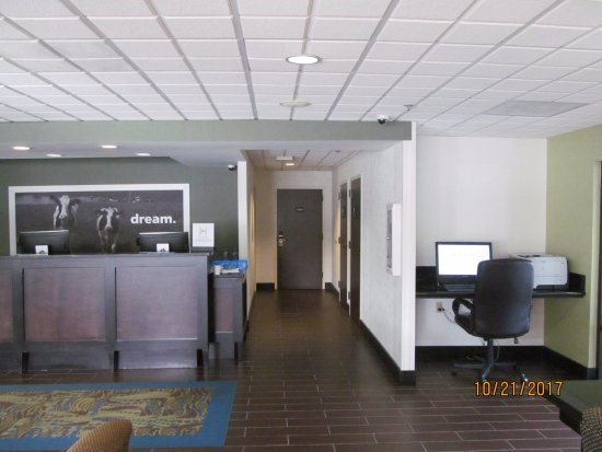 Cadillac, MI: Front desk and business center.
