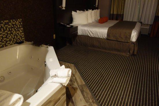Best Western Plus Rama Inn & Suites: In suite hot tub.