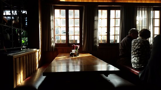 Munster, سويسرا: Mesa al lado de la ventana