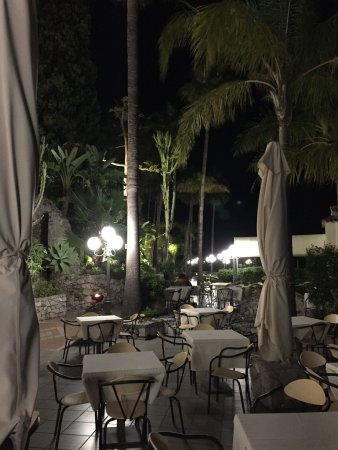 Hotel Ariston: Terrace restaurant in the evening
