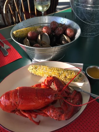 Municipality of Argyle, Kanada: Special Lobster and Shelfish Dinner showing clams, mussels and potatoes underthe lobsters