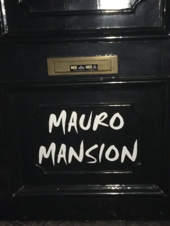 Mauro Mansion: Room 21. Great views of the canal. Barbers chair. Great bathroom.