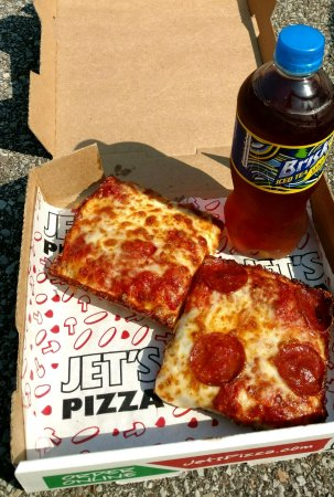 Dormont, เพนซิลเวเนีย: $5 lunch...two pizza slices, and a drink
