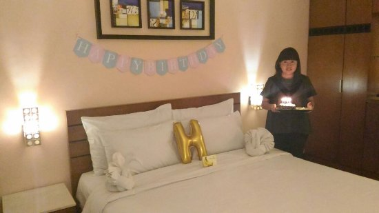 Banana Inn Hotel & Spa: Dekorasi minimum + Birthday cake