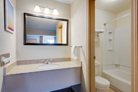 Fairmont, Wirginia Zachodnia: Sink and Bathroom Photo