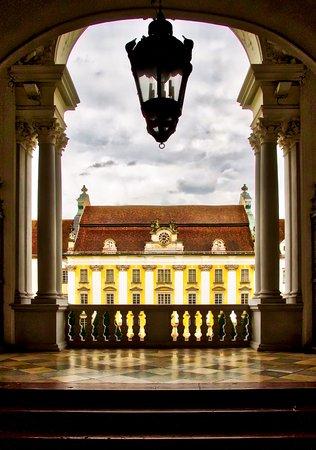 St. Florian, النمسا: Zicht in de voorste traphal op het verblijf van de Augustijnen