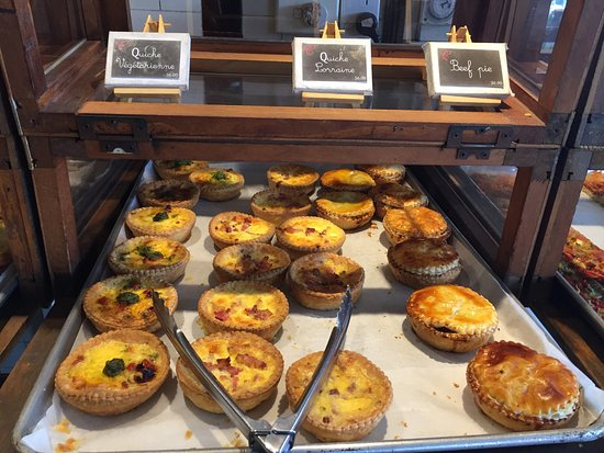 Devonport, New Zealand: Quiche, breads and other baked goods are available.