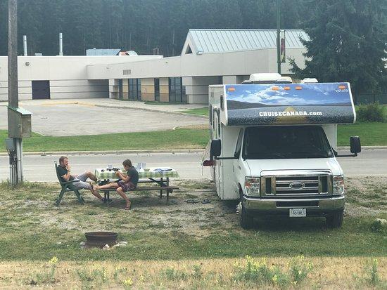 Golden Municipal Campground: Deze foto is genomen vanaf een openbaar trail wat langs de plekken loopt, met op de achtergrond 