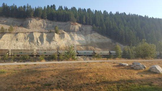 Golden Municipal Campground: En daar rijdt de trein...foto genomen vanaf het plek waar we zaten