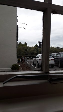 Shillingford, UK: Another view from our bedroom window at least I can see my car that's facing the traffic lights