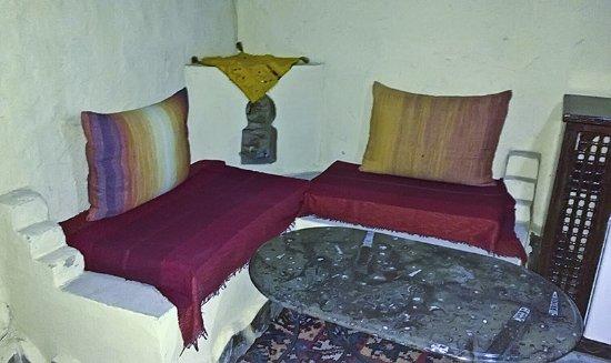 Hotel Kasbah Mohayut: Una salita forma parte de la habitación