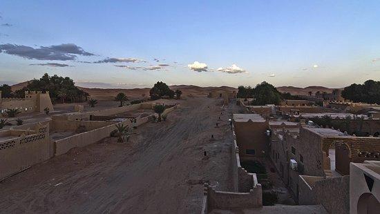 Hotel Kasbah Mohayut: El atardecer y al fondo las dunas desde una de las terrazas del hotel