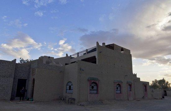 Hotel Kasbah Mohayut: La parte posterior del hotel, con varias terrazas y una puerta por la que se accede a las dunas