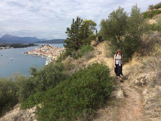 Agioi Anargyroi Chapel: Prachtige trail naar de kapel. Mooi wandelpad en mooie uitzichten