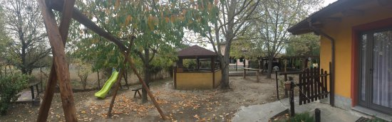 Borghetto di Borbera, อิตาลี: Esternodavanti alcune camere con angolo bar e angolo giochi per bambini
