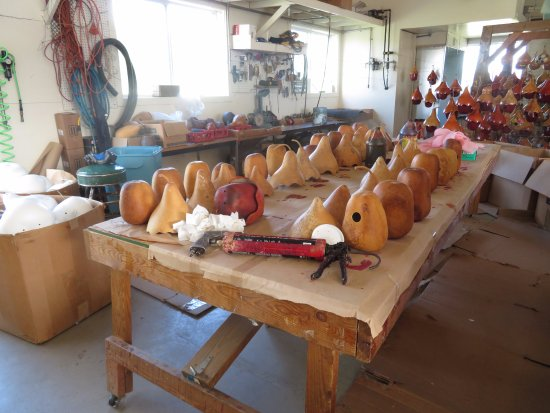 Kinzers, Pensilvania: Carved and/or Drilled Gourds Awaiting Painting