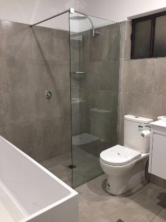 Lincoln Cottage Motor Inn: New King Suite Bathroom