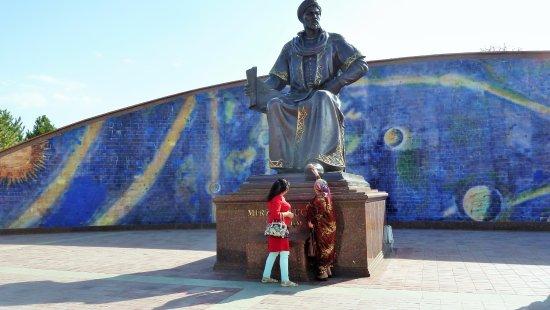 Observatoire astronomique d'Oulough Bek : La statua dell'astronomo Ulugh Beg