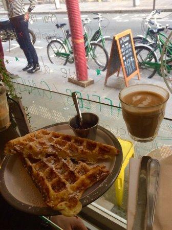 Le peloton cafe paris le marais restaurant reviews for Restaurant le miroir paris 18