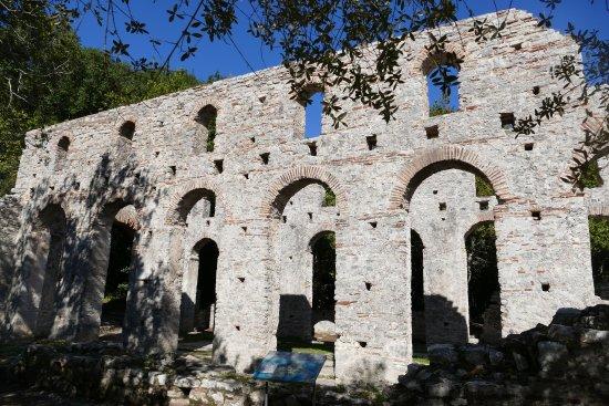 Butrint, Albania: Die imposanten Außenwände der Großen Basilika