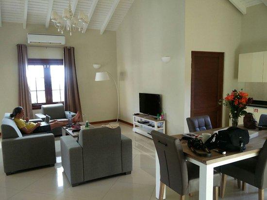 Wohnzimmer Bild Gros ~ So groß wie ein tanzsaal wohnzimmer und küche bild von acoya