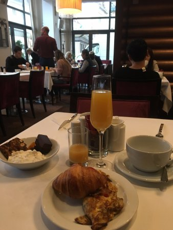 Hotel Kings Court: I'm embarrassed by the amount that I ate every morning. But the food was delicious!