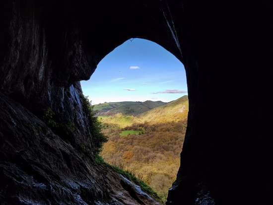 Графство Стаффордшир, UK: The view from inside the impressive Thor's Cave