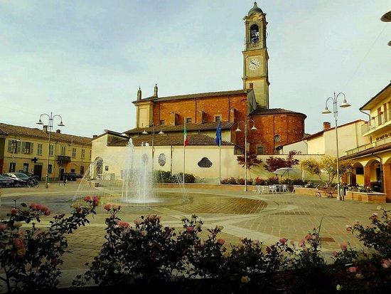 Corteolona, Italy: Chiesa di Santo Stefano diacono e protomartire e la fontana