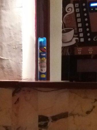 Blue Sea Costa Verde: Ant powder next to drinks machine on the Bar