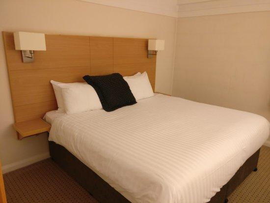 Blackrod, UK: Comfortable bed but mysterious bedside lights