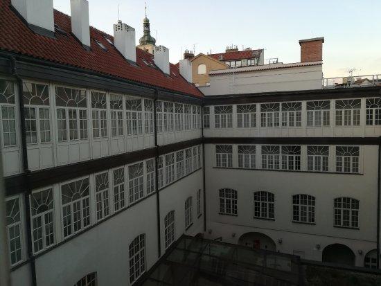 Barcelo Old Town Praha: Patio interior al que dan los pasillos de las habitaciones.
