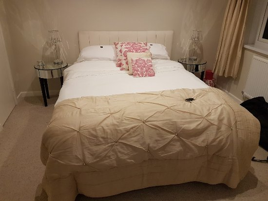 Llanbrynmair, UK: Bed - Room in newly refurbished section.